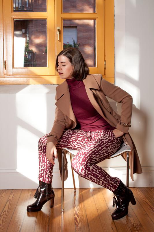Conjunto de abrigo largo, botas de tacón, jersey de cuello vuelto cashmere en la Escuela Superior de Diseño de la Rioja.