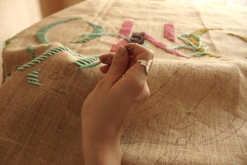 Proceso de bordado, escaparate tienda moda Mikonos, Ana Maria Diaz, embroidery.