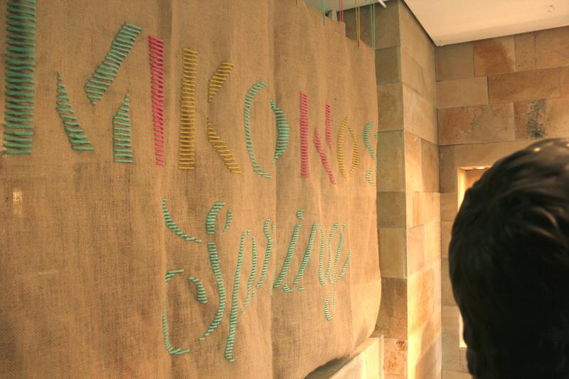 Escaparate de la tienda Mikonos, Gran Vía, Jorge Vigón, Logroño, bordados, colores fluor. Moda.