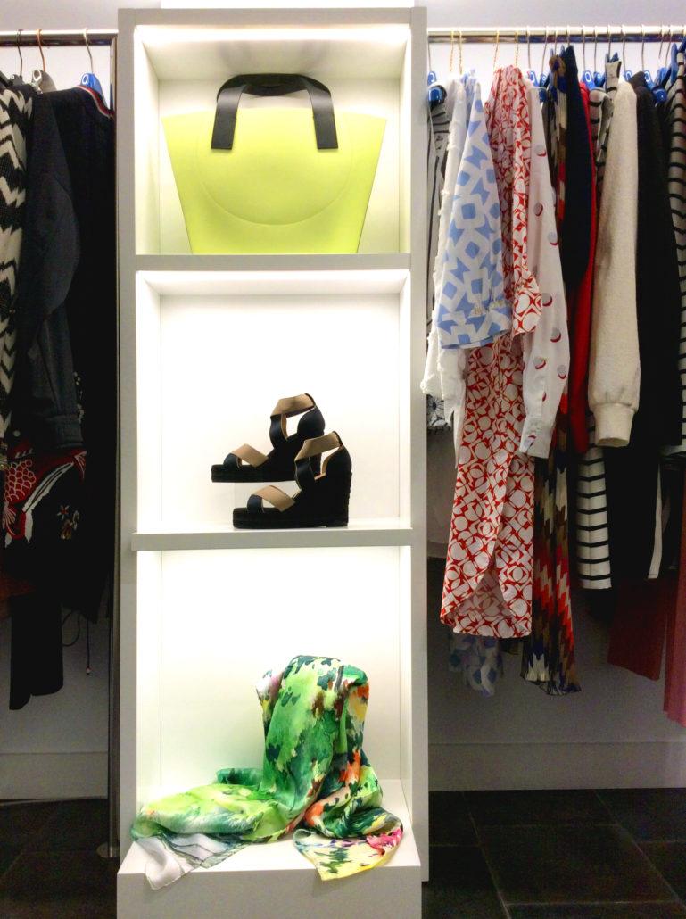 Interior tienda, espacio de Moda Mikonos de ropa y complementos. Bolso, sandalias y pañuelo. Especial Día de la Madre.